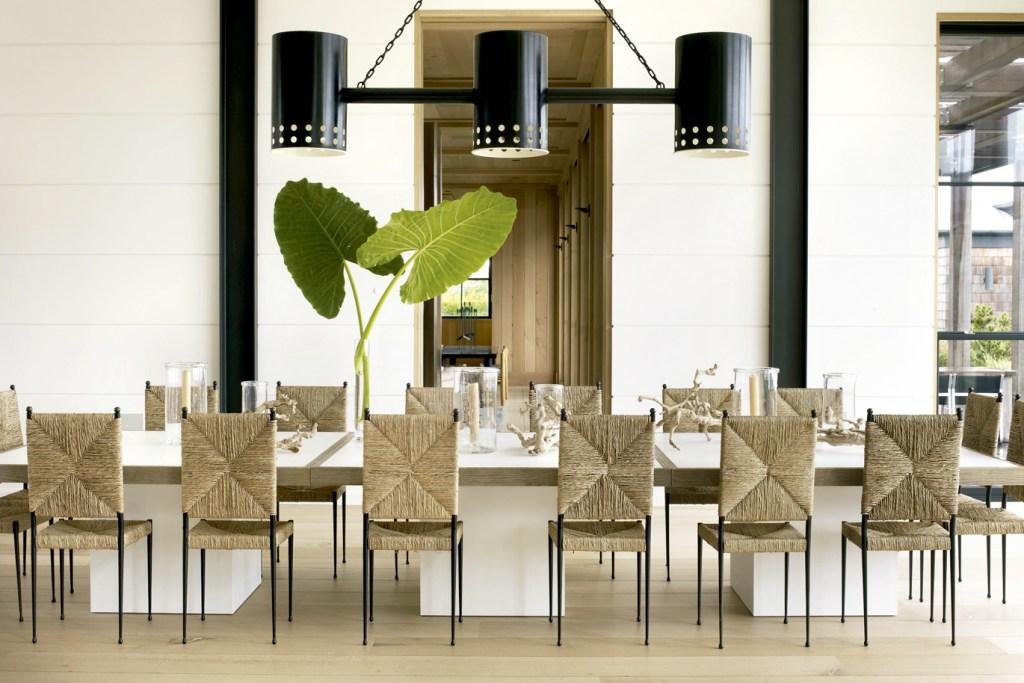 Projeto de Timothy Haynes e Kevin Roberts, ao norte de Nova York, traz sala de jantar com cadeiras vintage de bronze e palha, desenhadas por Colette Gueden, em torno da mesa de Corian, feita sob medida.