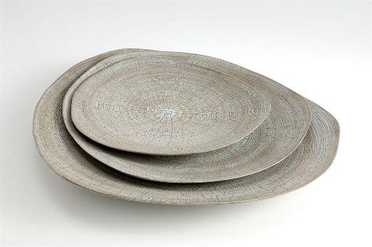 Os pratos da italiana Rina Menardi: peças com formato irregular e aspecto rústico em sua nova linha.