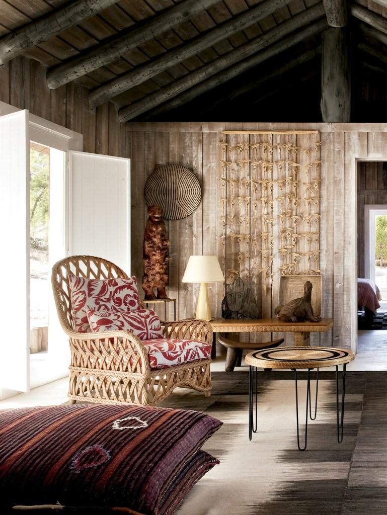 No refúgio português do século 19, restaurado pelo designer de interiores Jacques Grange, poltronas vintage francesas de vime se aliam a tapetes marroquinos e almofadas artesanais africanas.