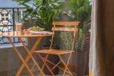 Varanda com mesa e cadeira laranja
