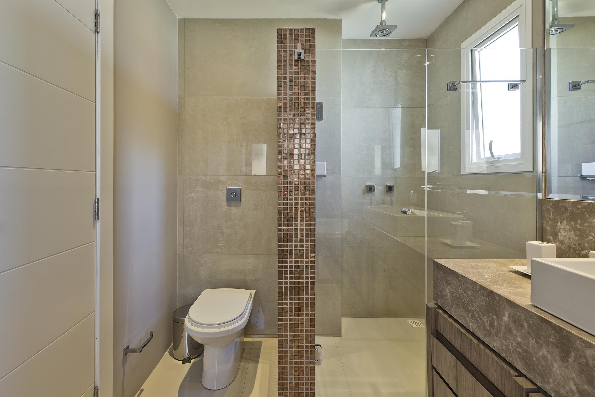 Banheiro com tons neutros