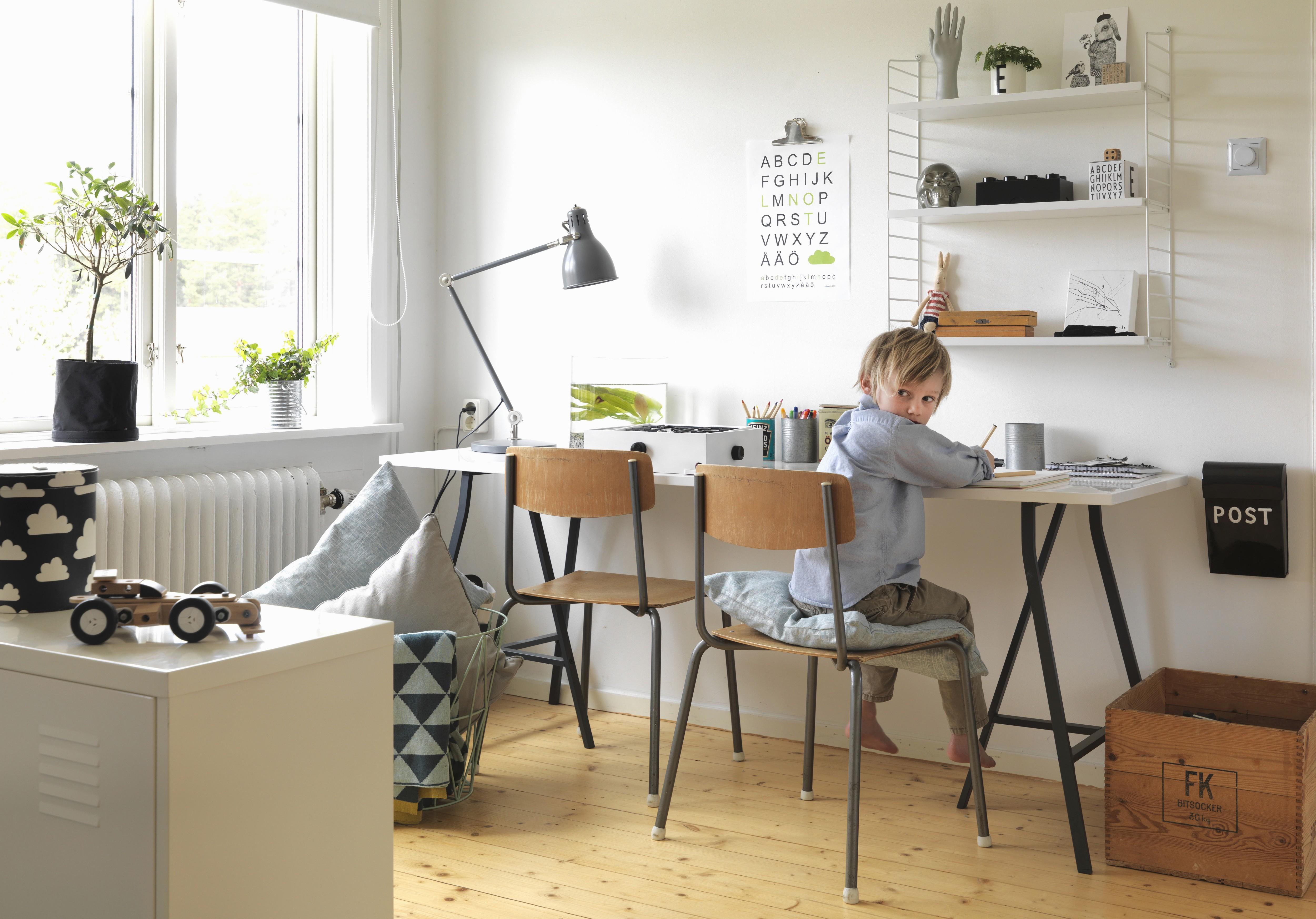 Jungenzimmer mit Schreibtisch und Wandregal, Holzstühle und Holzkiste mit Vintageflair