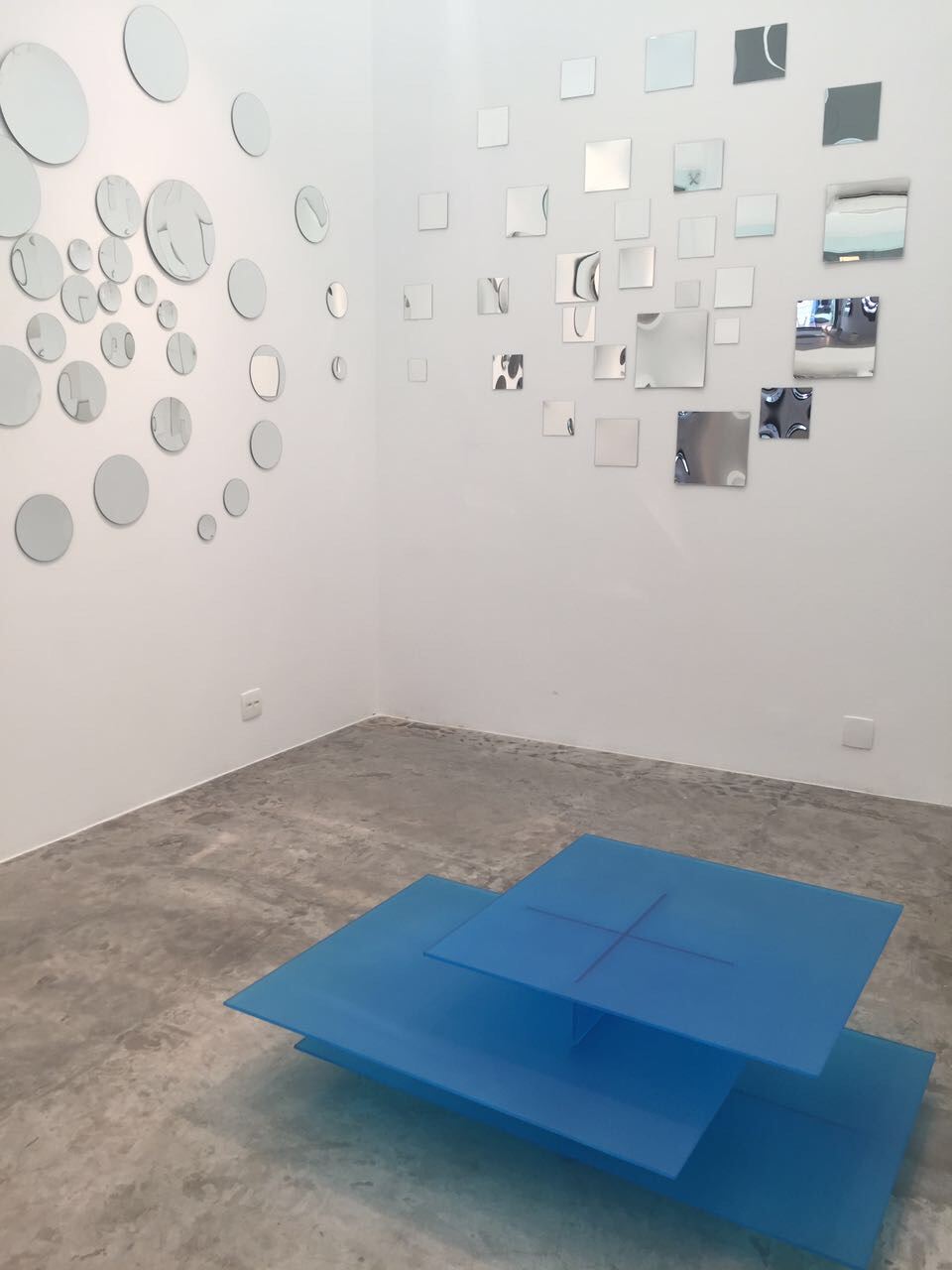 """Mesa de Centro Nébula - Leo Di Caprio """"Uma cascata horizontal de chapas de vidro fazem referência ao modernismo e seus desafios das estruturas em balanço dentro de uma estética minimalista e etérea""""."""