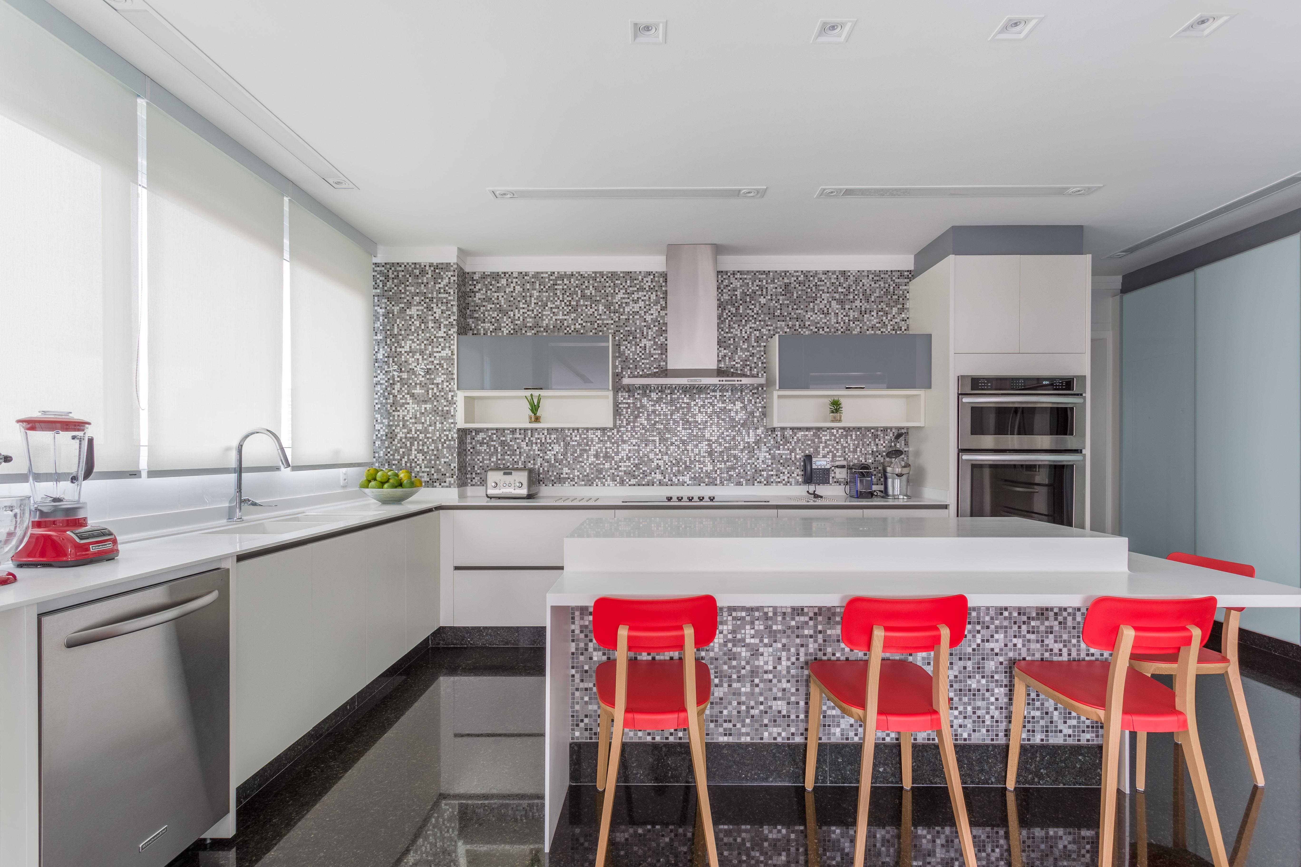 Cozinha com banquetas vermelhas