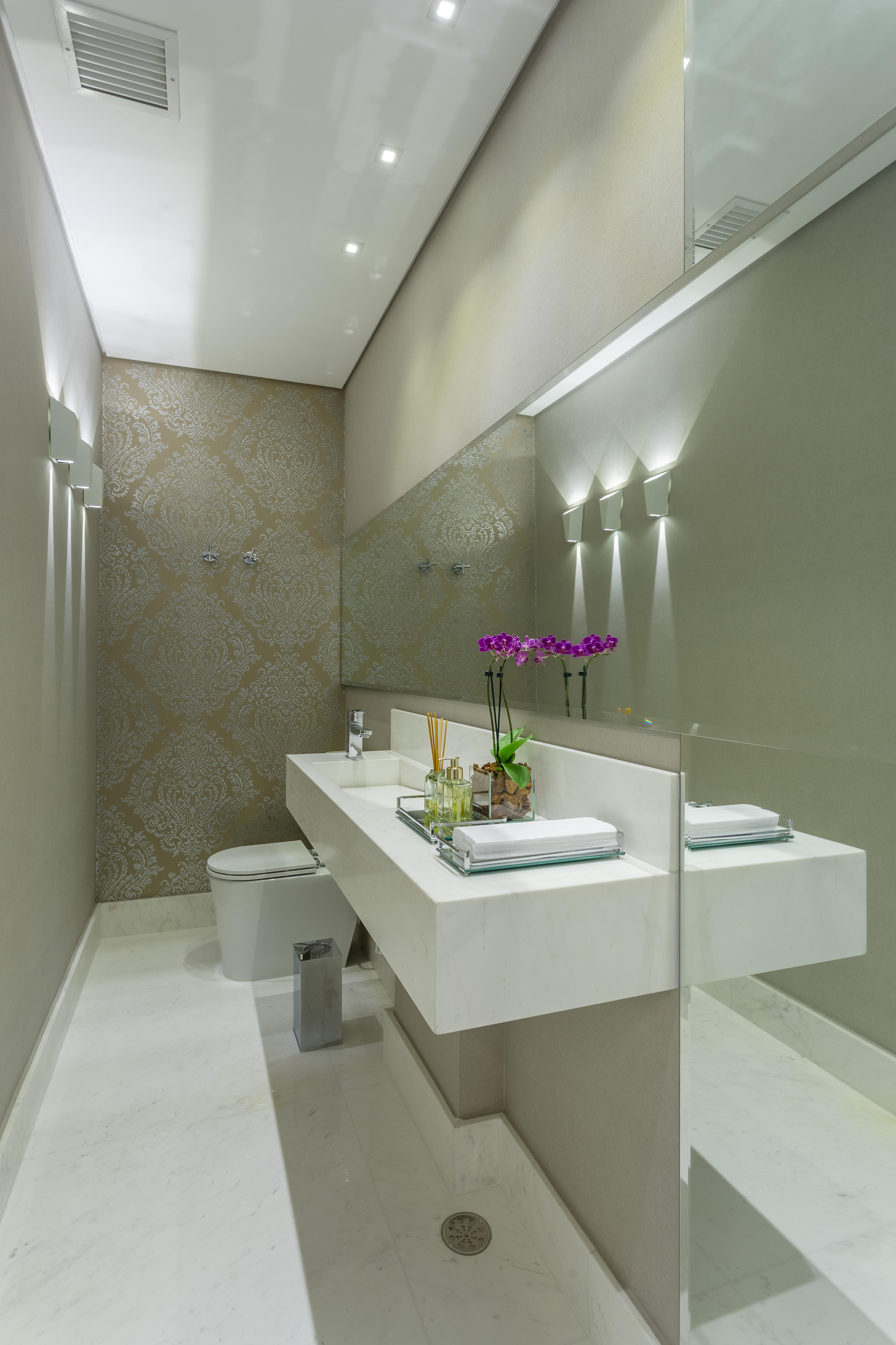Lavabo com cores neutras e papel de parede