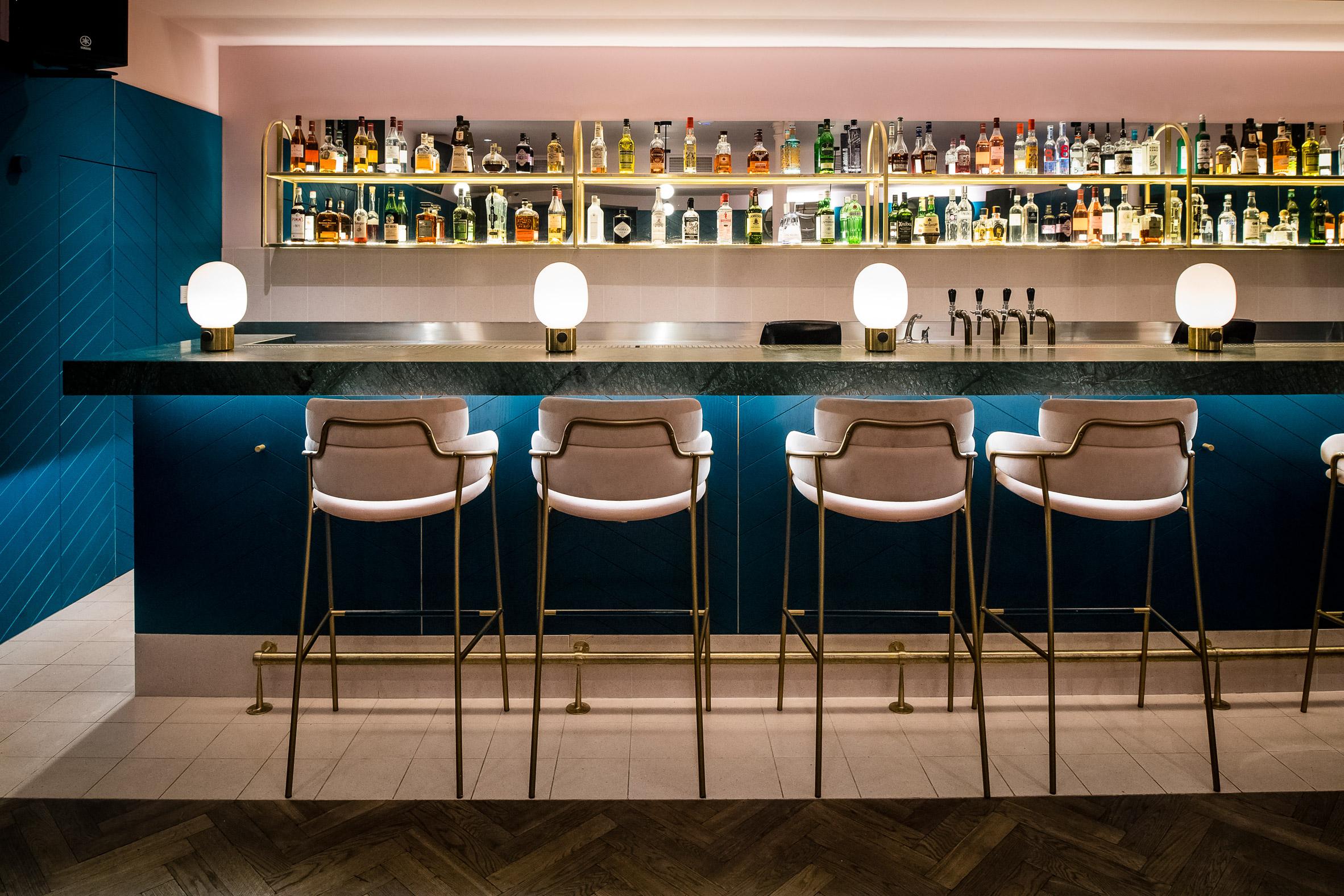 Bar com decoração azul