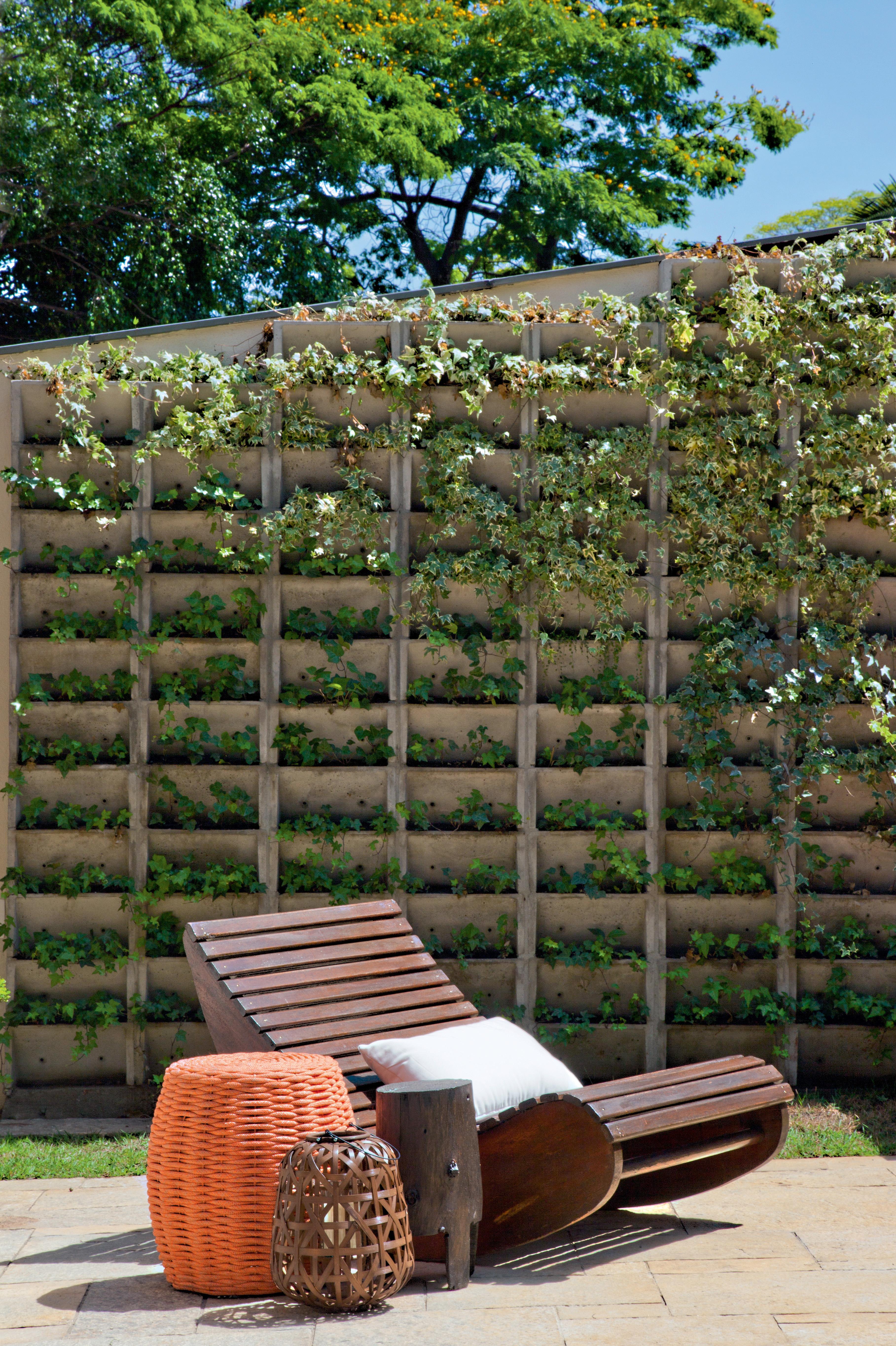 Blocos de concreto vazado em jardim vertical com hera, em projeto da arquiteta Beatriz Zanini Castanho.