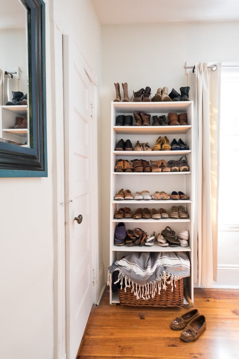 Quarto organizado sem armário e guarda-roupa