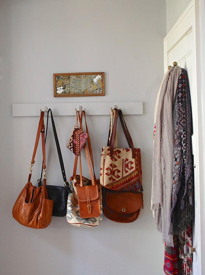 Quarto decorado sem armário e guarda-roupa