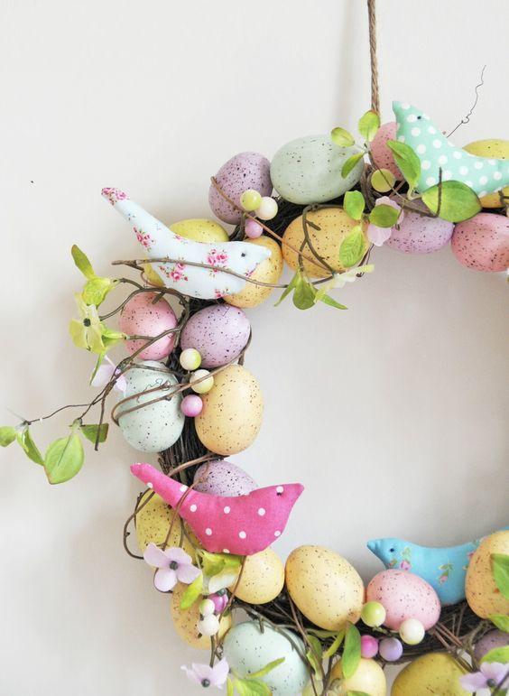 Guirlanda de páscoa com ovos e passarinhos coloridos