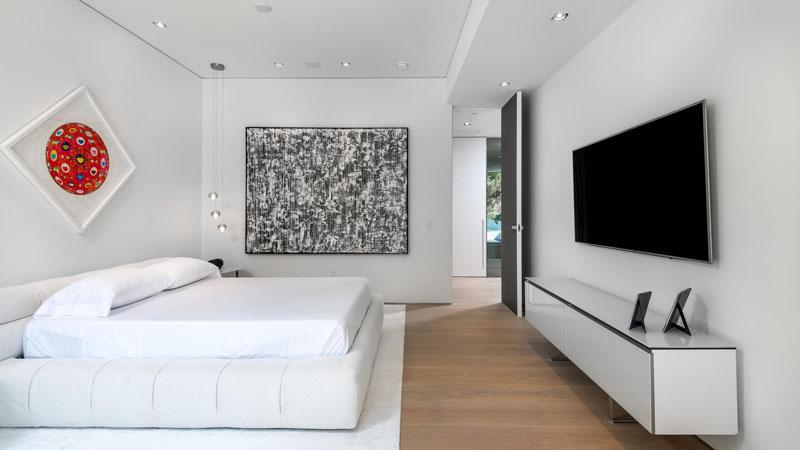 Parede do quarto decorada com arte