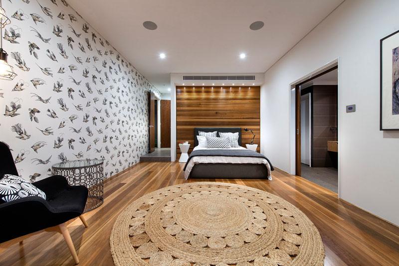 Parede do quarto decorada com papel de parede