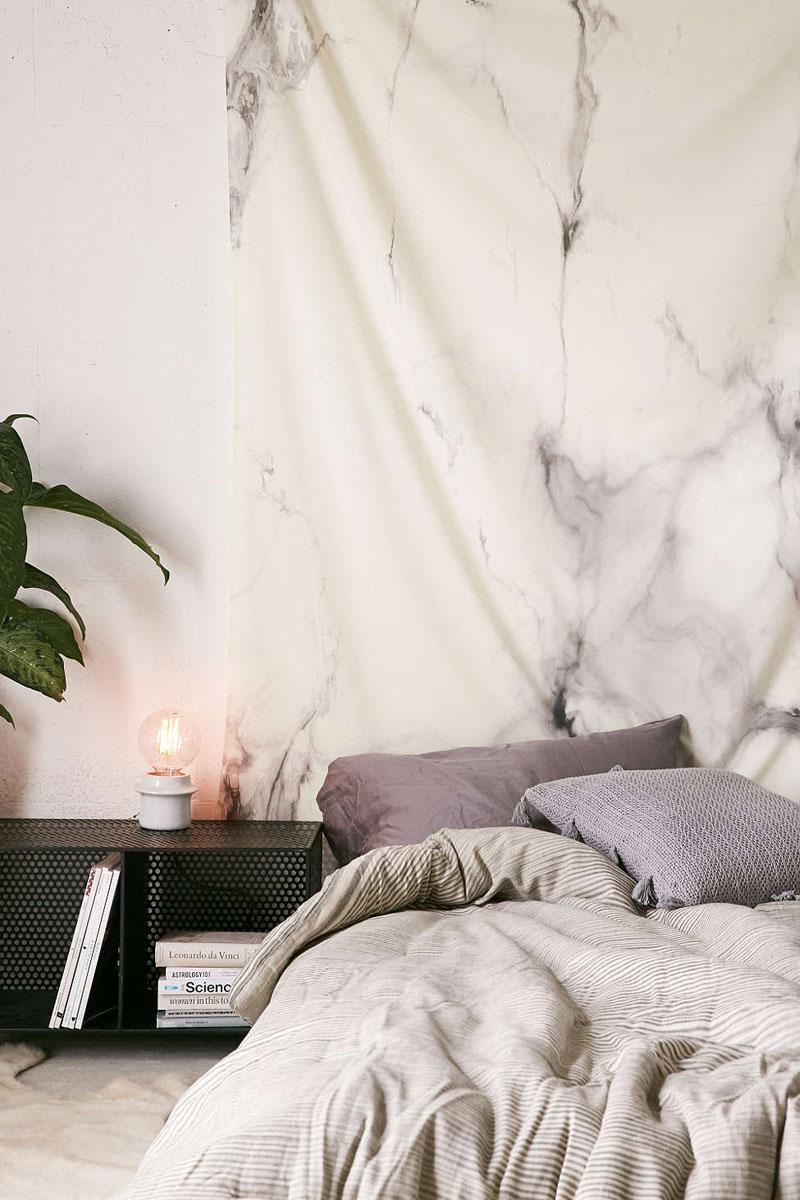 Parede do quarto decorada com tecido