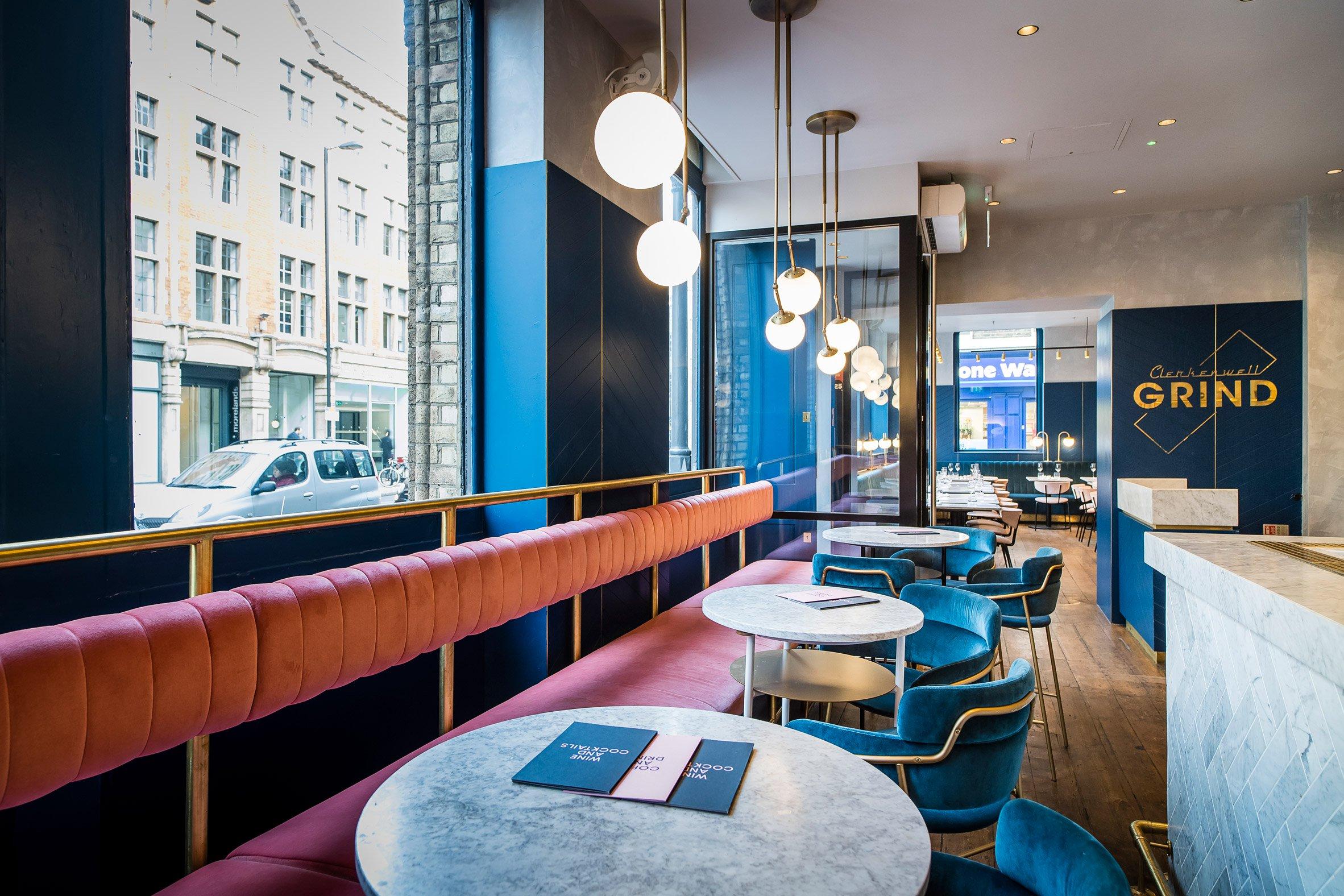 Restaurante com decoração em azul