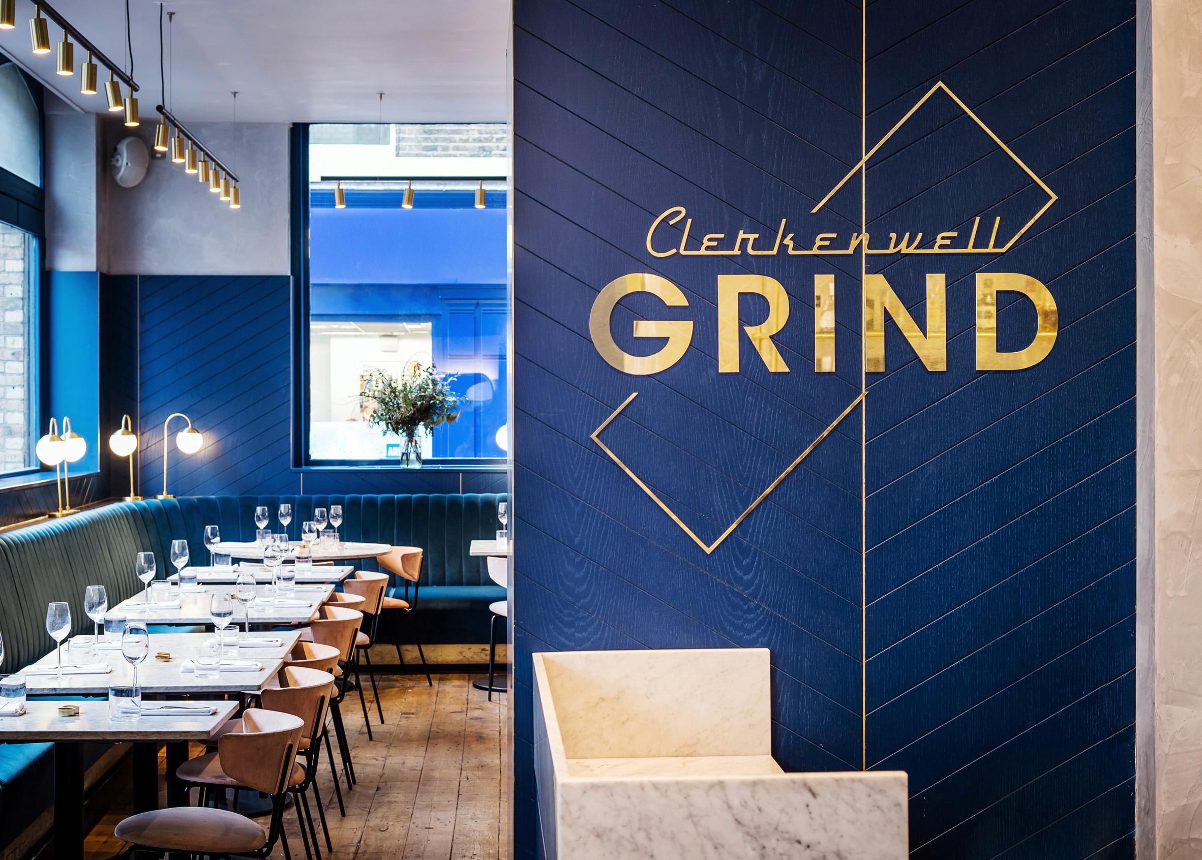 Restaurante com decoração azul
