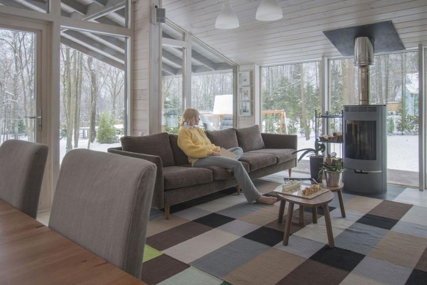 Sala de estar em casa pré-fabricada