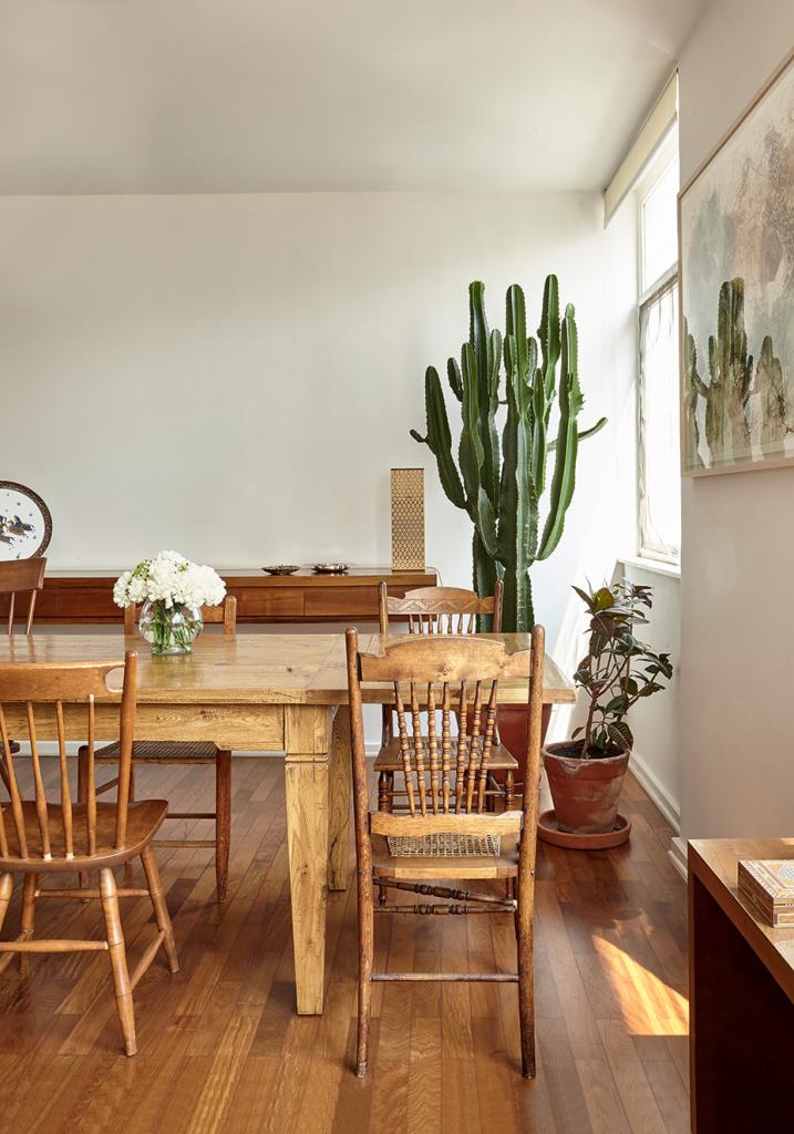 As cadeiras da sala de jantar são antigas e foram garimpadas ao longo dos dez anos em que o casal morou nos Estados Unidos.