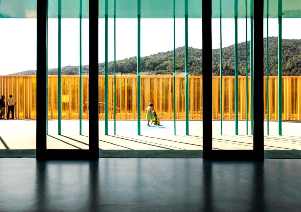 Da RCR Arquitetura em colaboração com J. Puigcorbé, o projeto do jardim de infância El Petit Comte Kindergarten (2010) foi realizado em Besalú, Girona, Espanha.