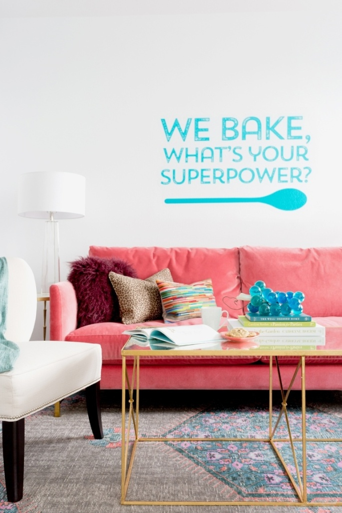 Área de estar com sofá rosa de veludo