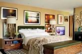 Quarto retrô com móveis de madeira, couro colorido e estilo vintage