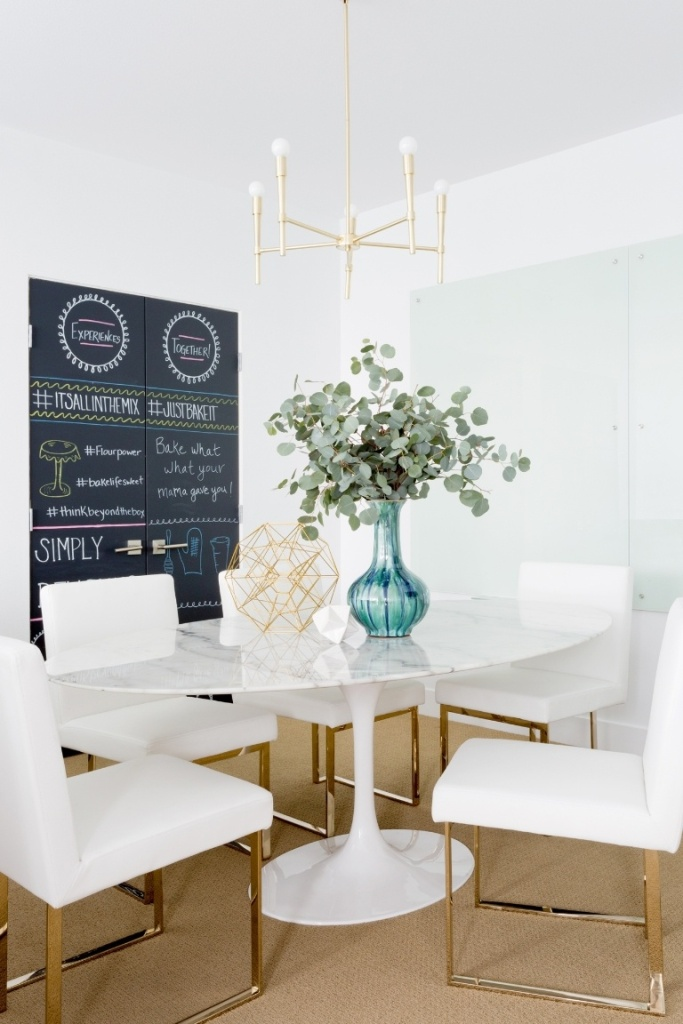 Escritório com cadeiras brancas e mesa de mármore