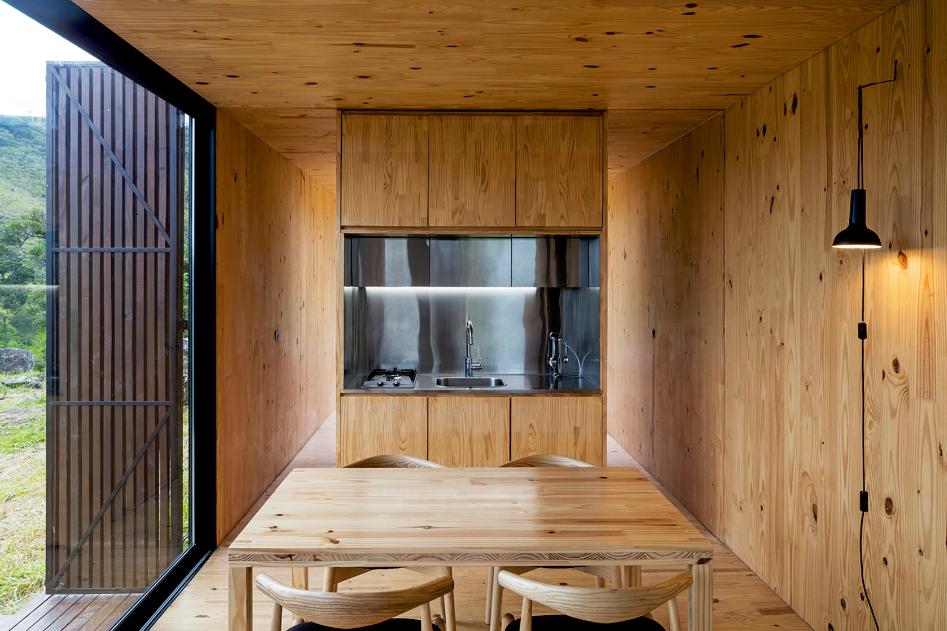 Sala de estar e cozinha integradas em casa pré-fabricada