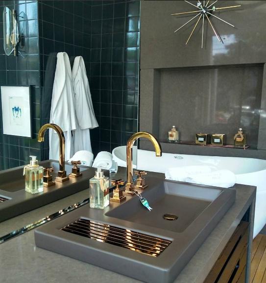 Banheiros com metais coloridos na Expo Revestir