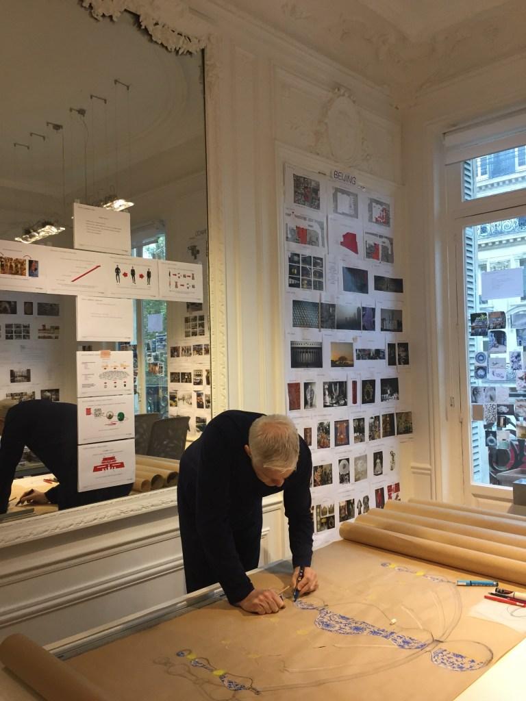Arquiteto Eric Carlson em meio ao processo criativo.