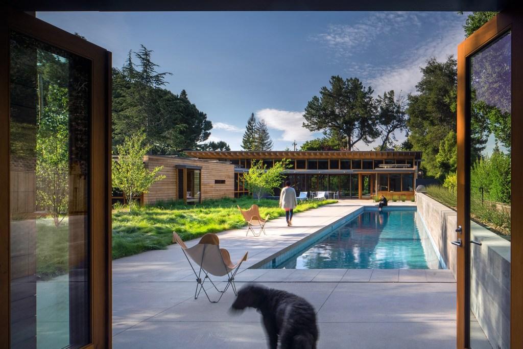 área externa minimalista com piscina