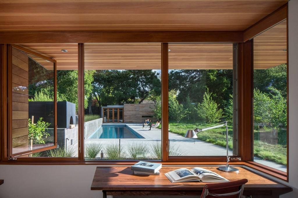 área externa minimalista e sustentável com piscina
