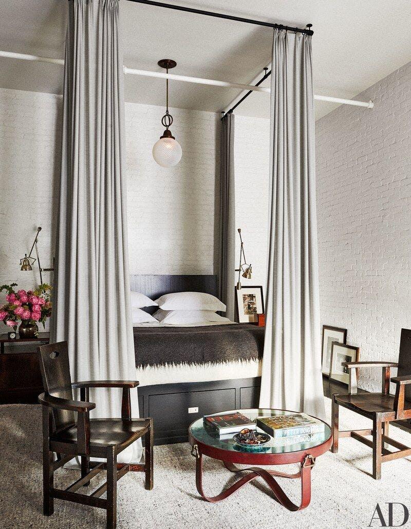 Quarto com cortina ao redor da cama