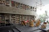 Sala modernista com biblioteca do escultor mexicano Pedro Reyes