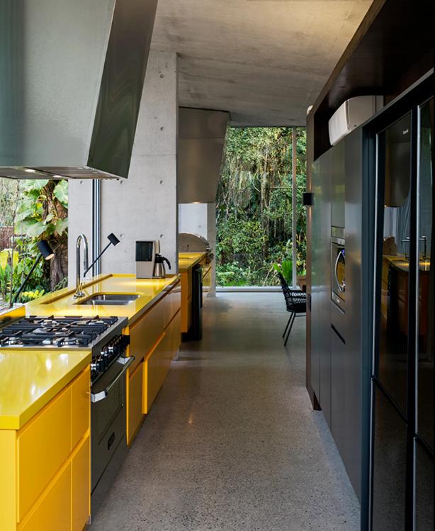 cozinha estreita e moderna com cores preto e amarelo