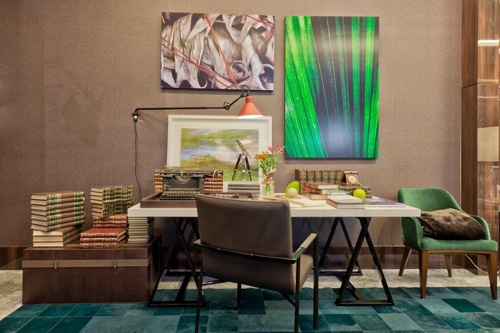 Home Office clássico e elegante com toques de verde
