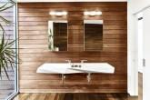 banheiro minimalista com paredes de madeira