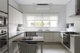 Cozinha espaçosa com estilo clean
