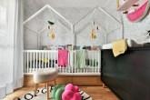 Quarto infantil para duas irmãs com camas em forma de casinhas