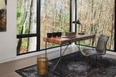 Home office minimalista que valoriza a vista da área externa