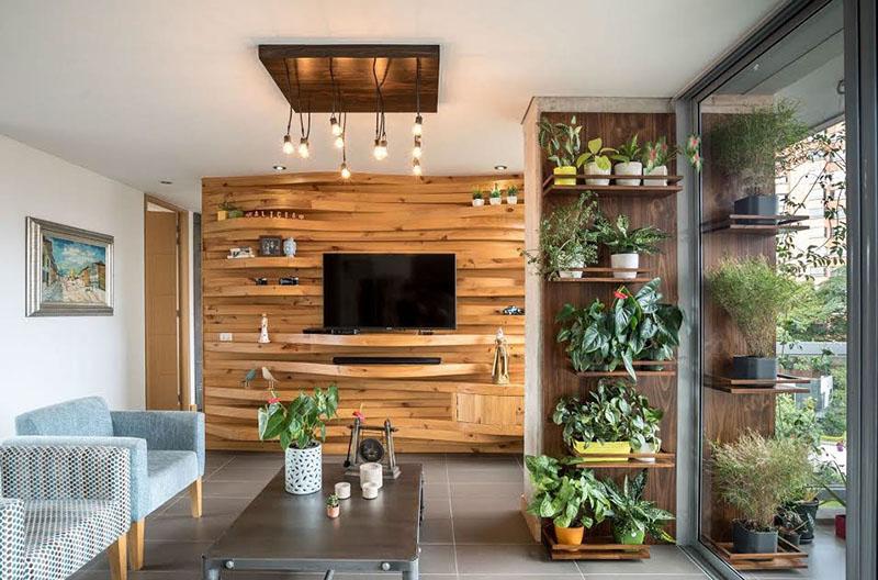 Sala de estar com painel de madeira curva