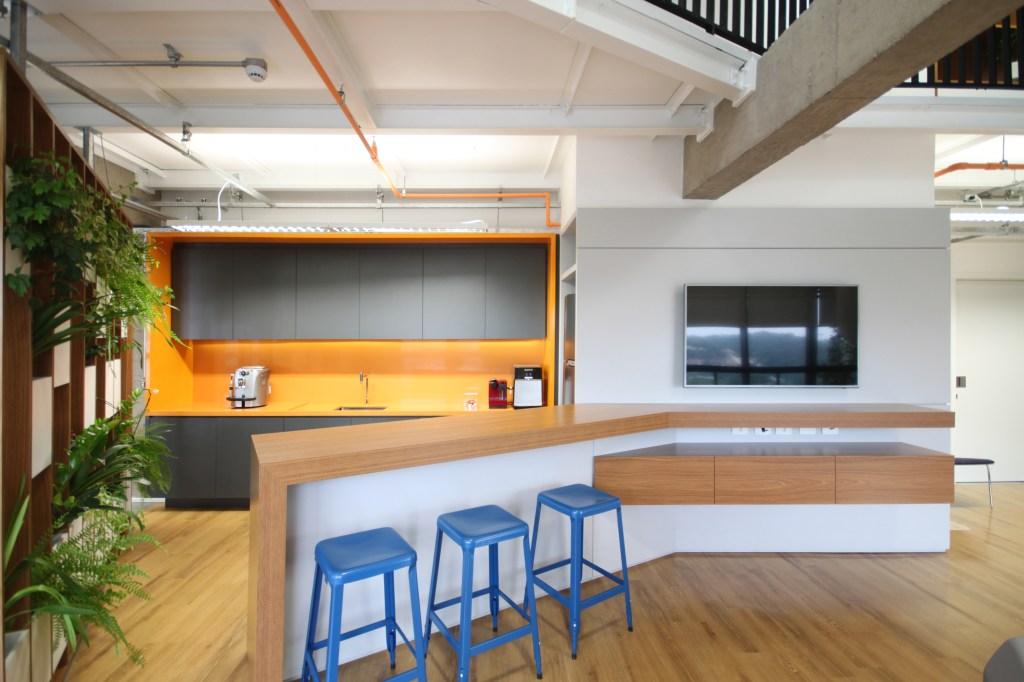Escritório amplo com cinco ambientes integrados