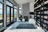 Biblioteca aconchegante com lareira e iluminação natural