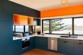 Cozinha espaçosa com cores intensas