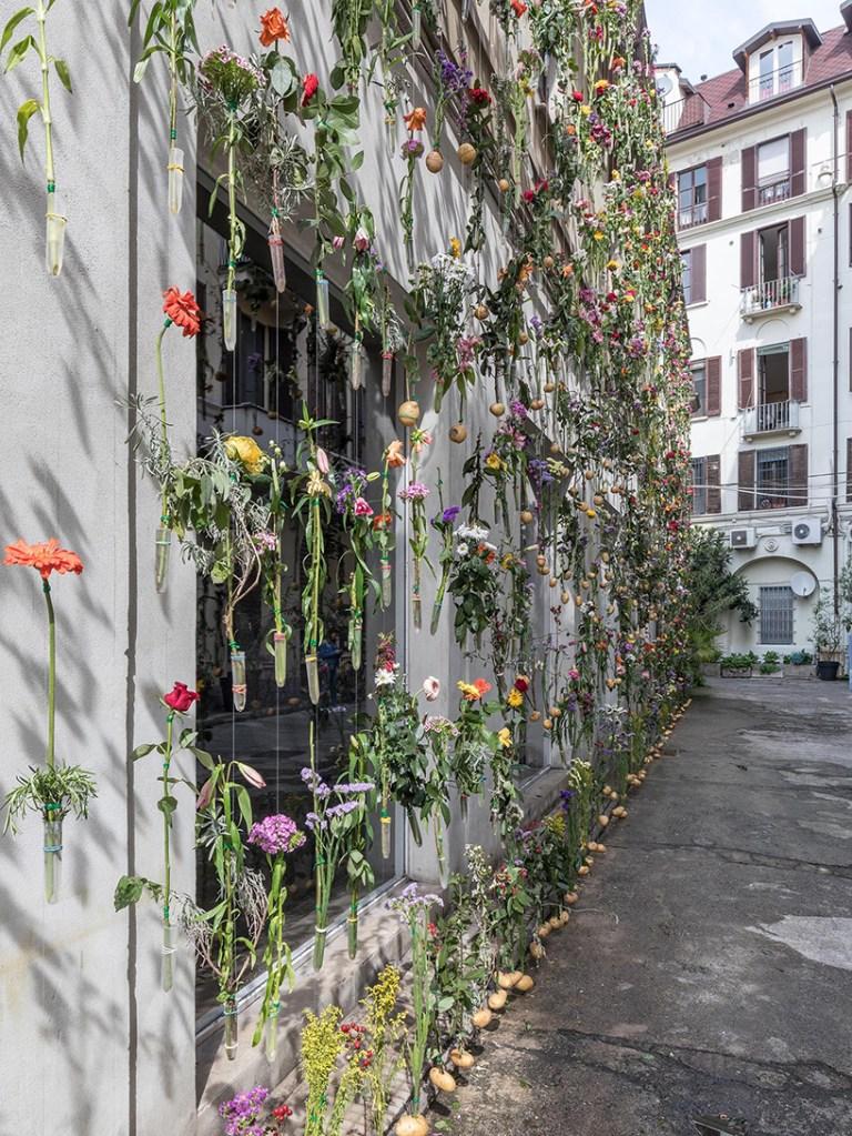 Prédio em Milão ganha fachada com 2 mil flores suspensas