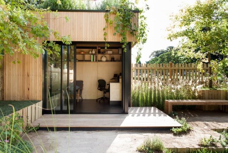 Home office montado em pequeno estúdio no jardim