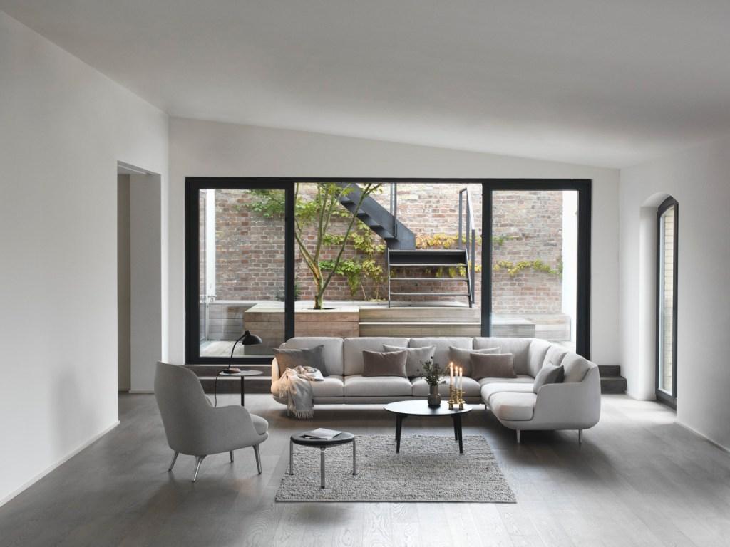 Sala minimalista com destaque para o sofá