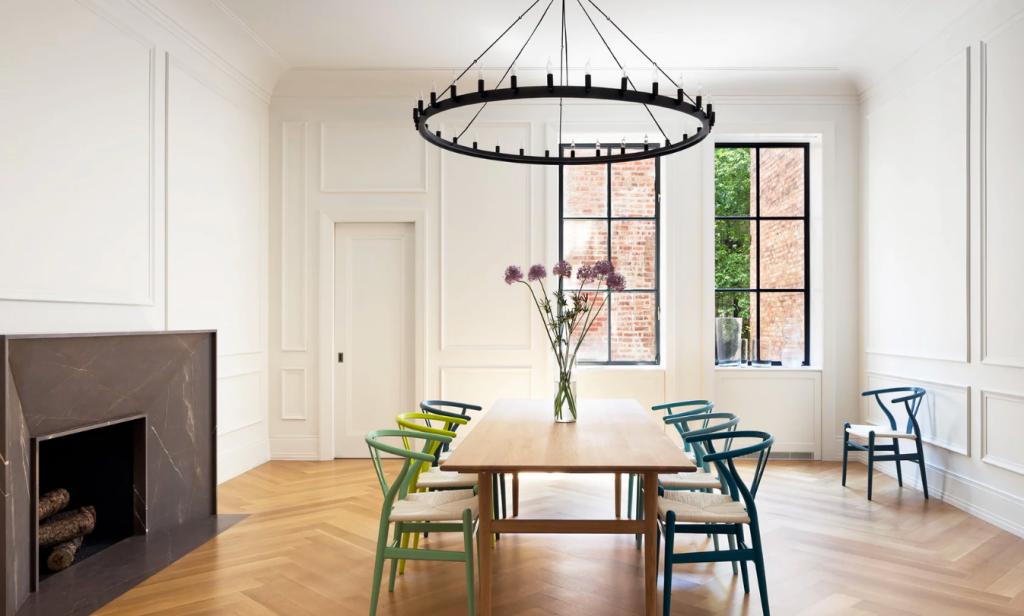 Sala de jantar minimalista e com cadeiras coloridas