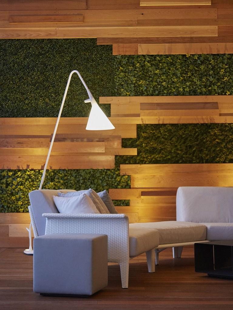 Varanda com painel de plantas e madeira
