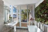 banheiro com jardim vertical e varanda