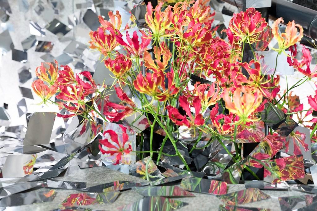 Instalação japonesa cria efeitos visuais com flores e espelhos