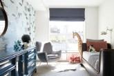 quarto infantil com mix de móveis contemporâneos e vintage e com papel de parede personalizado com balões de ar quente